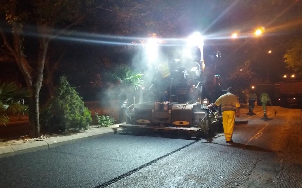 Asfalto con polvo de caucho de neumáticos fuera de uso, a través de aditivo RARx, en Coslada, máquina asfaltando